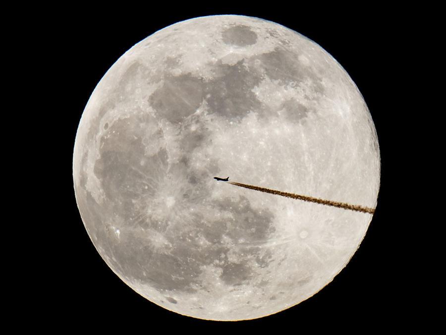 La silueta de un avión puede verse en medio de la luna llena desde Nuremberg, en Alemania.