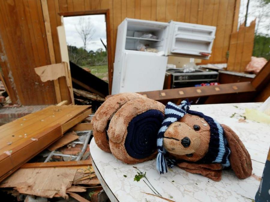 Una casa dañada por una tormenta en Morton, Mississippi, el viernes 19 de abril de 2019.