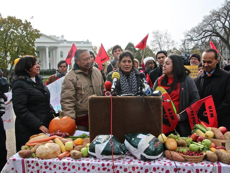 Activistas realizan protesta frente a Casa Blanca en noviembre de 2014 para exigir una reforma migratoria que legalice a los trabajadores del campo