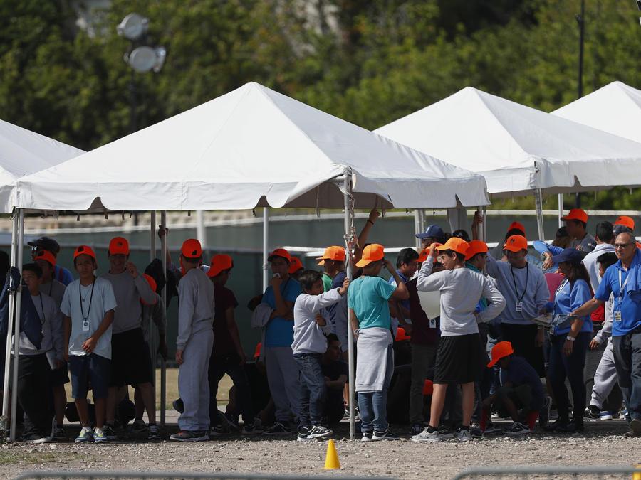 Niños migrantes afuera del albergue temporal de Homestead (Florida) para niños no acompañados