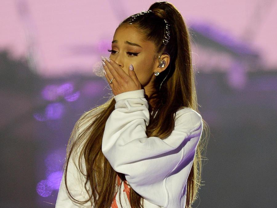 Ariana Grande en el escenario del concierto One Love Manchester el 4 de junio de 2017, en Manchester, Inglaterra