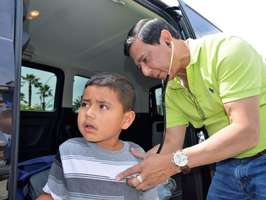 Alexis Pérez es examinadoo por el doctor Marvin Urbina