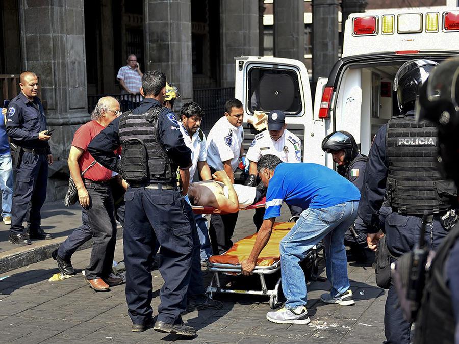 Paramédicos atienden a una persona herida durante un altercado en Cuernavaca, México.