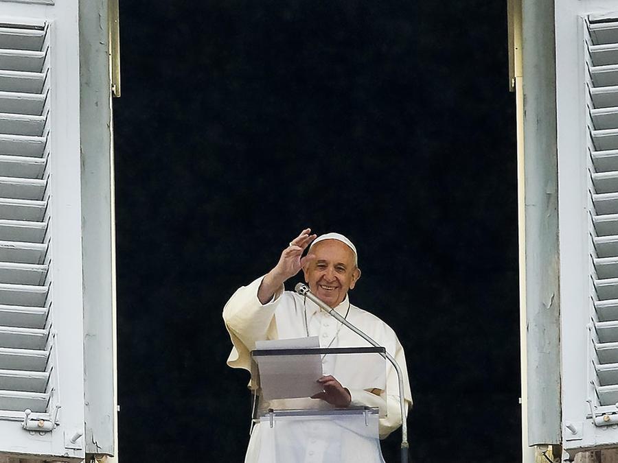 El papa Francisco saluda los feligreses durante sus rezos habituales en El Vaticano.