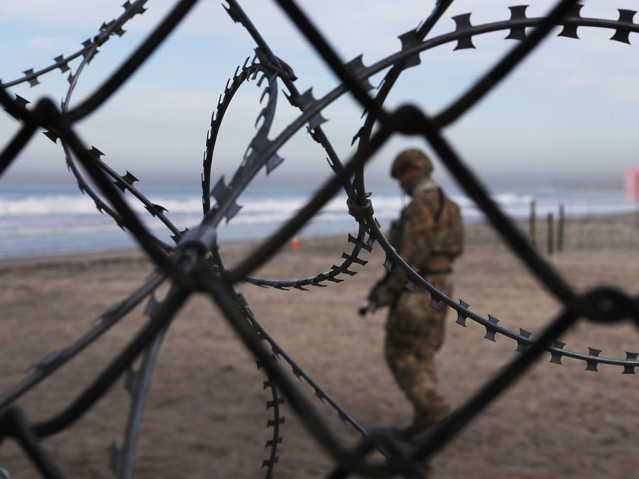 Un patrullero junto a la valla fronteriza en California en noviembre de 2018.