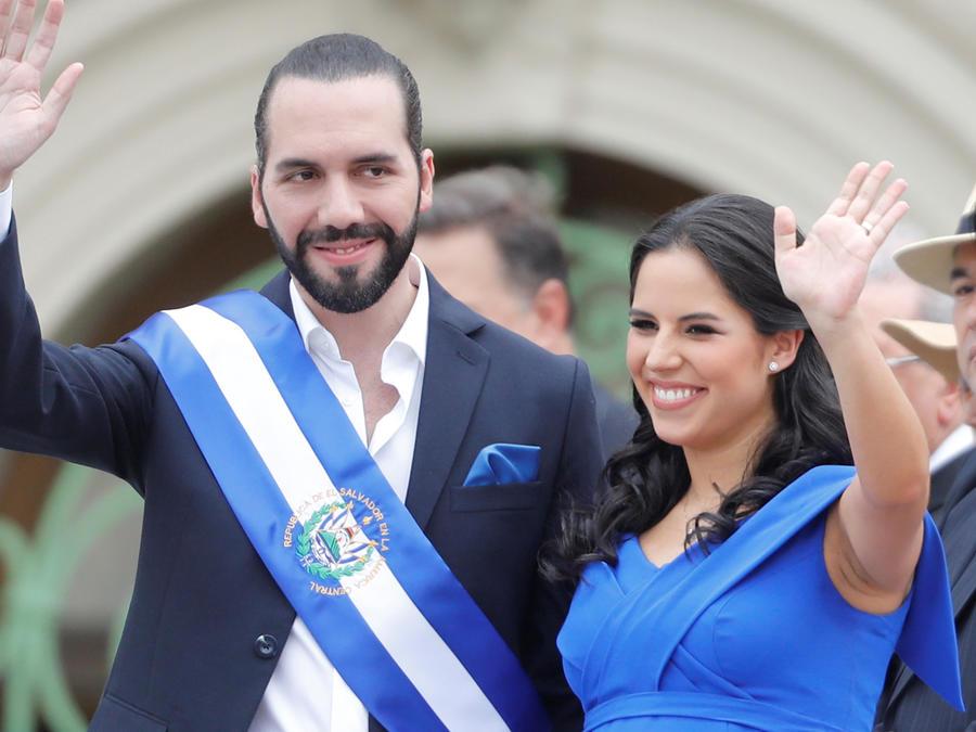 Nayib Bukele junto con su esposa embarazada hoy durante la investidura como presidente de El Salvador