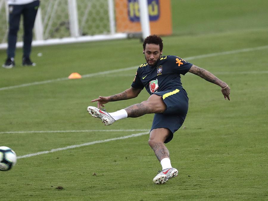 El futbolista brasileño Neymar durante un entrenamiento en Brasil.