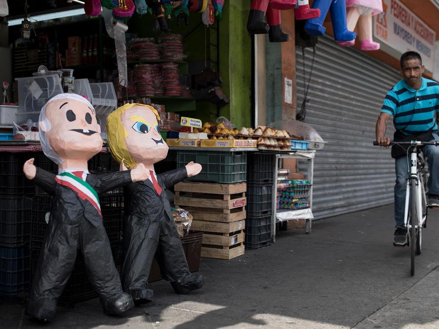 Un mercado de piñatas en México con figuras del presidente de México y EEUU