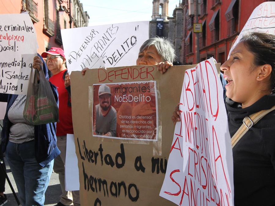 Manifestantes piden liberación de los activistas Cristóbal Sánchez e Irineo Mújica el lunes