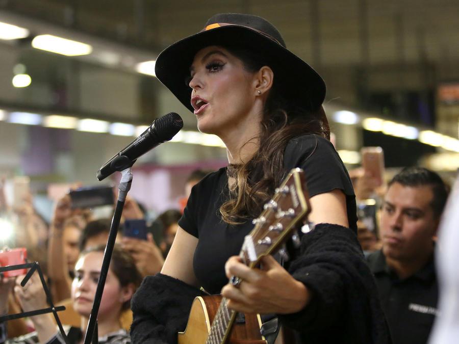 Ana Bárbara cantó en el metro de la Ciudad de México