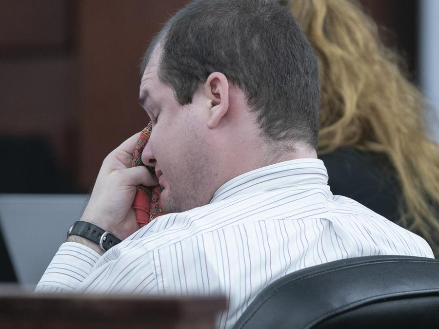 Tim Jones Jr. se limpia las lágrimas del rostro durante la comparecencia de su abuela en el juicio donde se le condenó por el asesinato de cinco niños