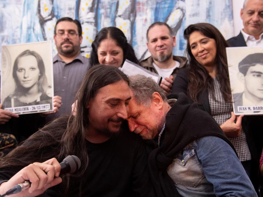 """El argentino Javier Matias Darroux (c), de 41 años, su tío Roberto (d), y Estela de Carlotto (i), presidenta de Abuelas Plaza de Mayo, ofrecen una rueda de prensa este jueves, en Buenos Aires (Argentina). Darroux es el """"nieto 130"""" robado por la dictadura"""