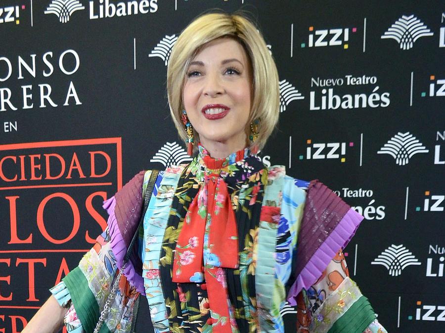 """Edith González en la alfombra roja del estreno de la obra """"La Sociedad de los Poetas Muertos"""" en el Teatro Libanés, México, 2018"""