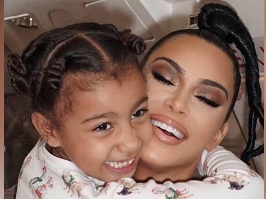 Kim Kardashian posando con su hija North en Instagram en marzo de 2019