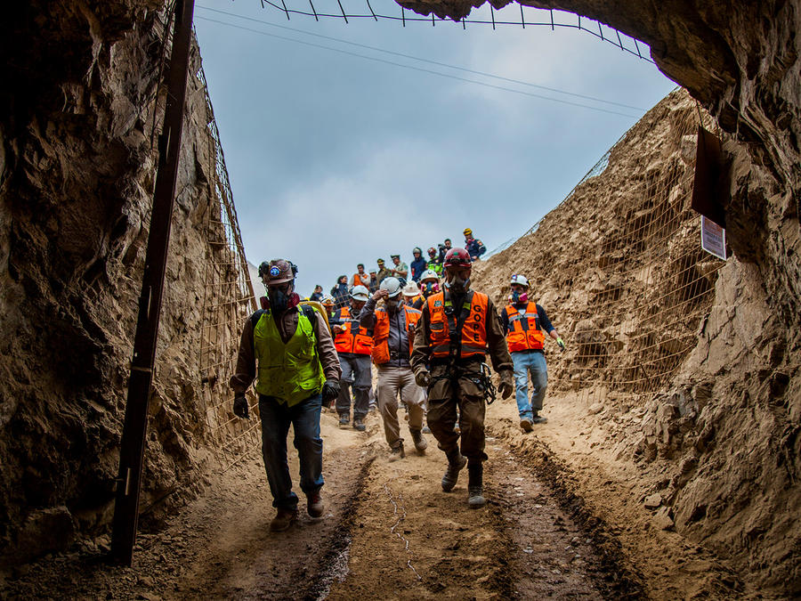 Mina San José en el norte de Chile. Rescatistas buscan a un tercer minero