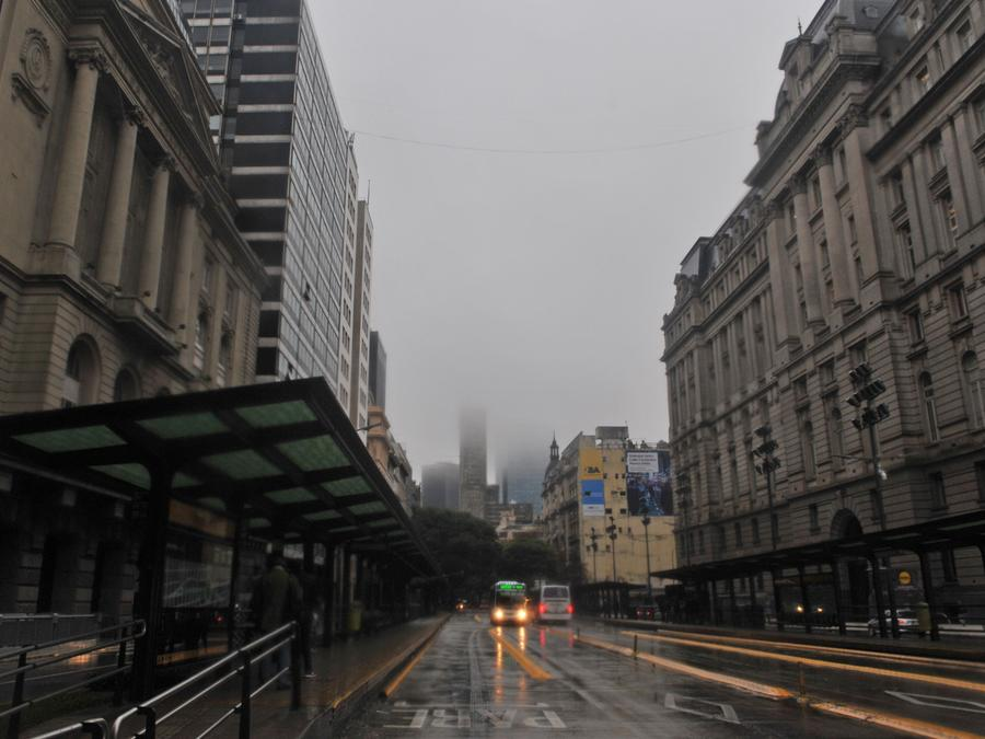 El centro de Buenos Aires en medio de un apagón que afectó a Argentina, Uruguay y Paraguay.