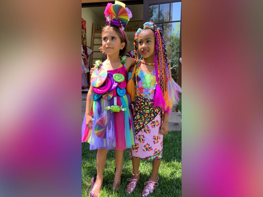 Penelope Disick y North West posando en su fiesta de cumpleaños en junio de 2019