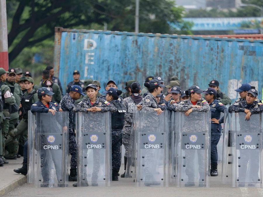 Policías vigilan la frontera de Venezuela con Colombia en una imagen de archivo