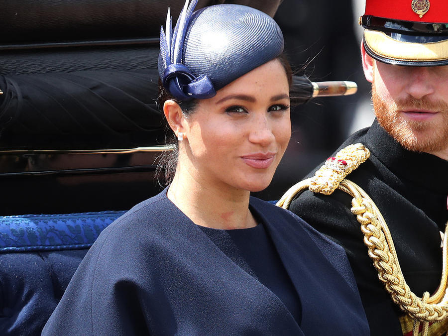 Meghan Markle sonriendo al lado del príncipe Harry en el desfile Tropping the Colour en junio de 2019