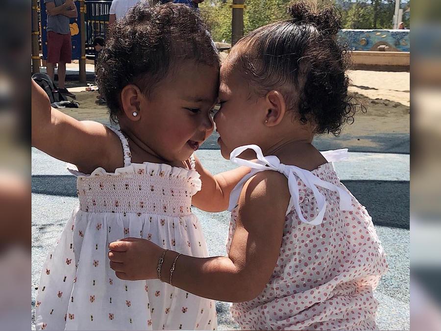 True Thompson y Stormi Webster posando juntas en Instagram en abril de 2019