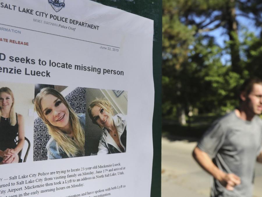 Un hombre corre el lunes junto a un cartel de búsqueda de Mackenzie Lueck en Salt Lake City.