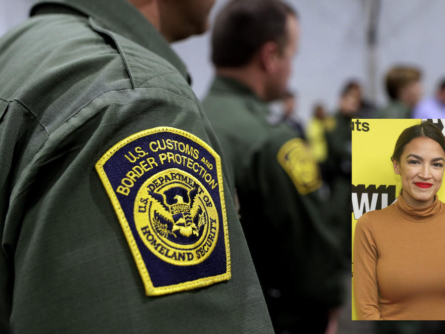 Imagen de archivo de una conferencia de prensa de la Patrulla Fronteriza en Texas en mayo. A la derecha, Alexandria Ocasio-Cortez.
