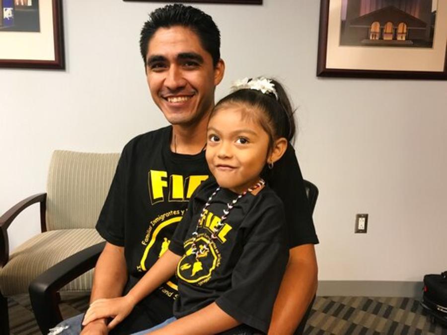 José Escobar, este lunes con su hija Carmen en el aeropuerto de Houston, Texas.