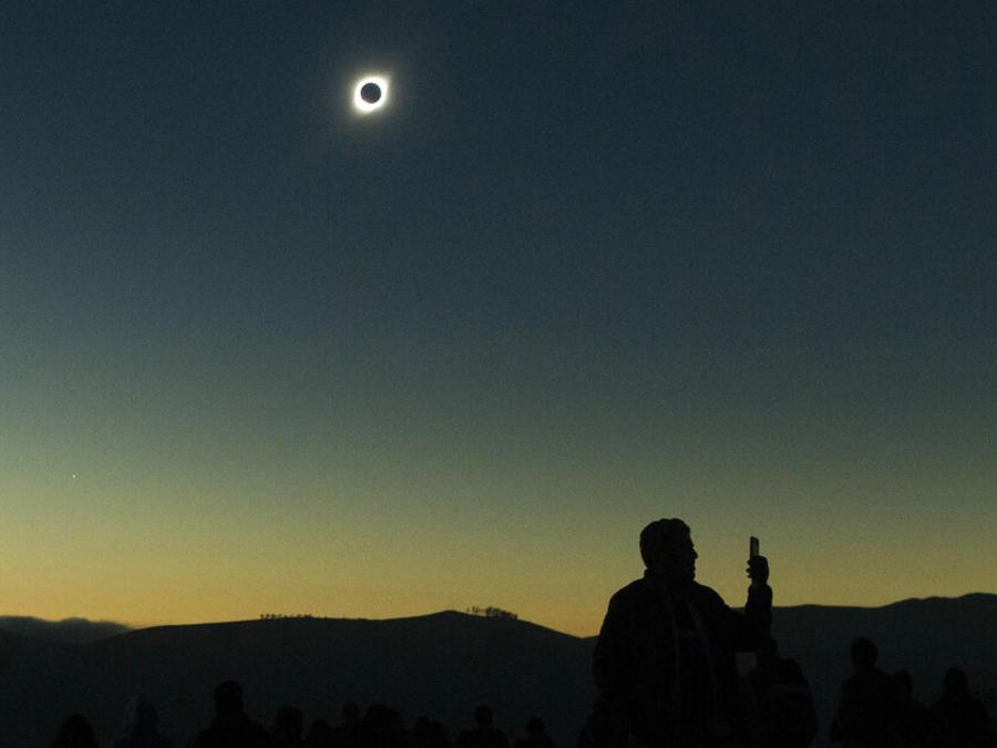 Un hombre se detiene bajo un eclipse solar total desde La Higuera, Chile, el martes 2 de julio de 2019.