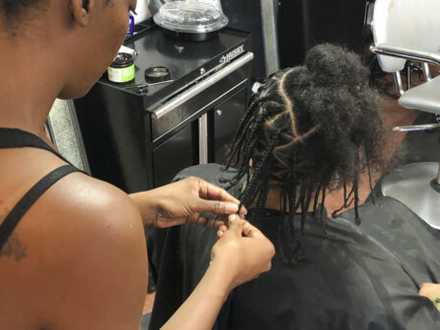 Shana Bonner, a la izquierda, arregla el peinado de Pho Gibson en un salón de peluquería de Sacramento, California.