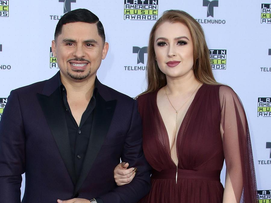 Larry Hernandez y Kenia Ontiveros en la alfombra roja de los Latin American Music Awards, 2017