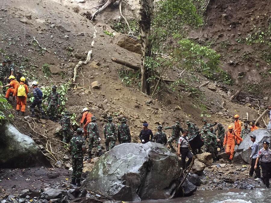 Oficiales y rescatistas buscan sobrevivientes en Bayan, al norte de Lonbok, en Indonesia, tras un terremoto ocurrido en marzo.