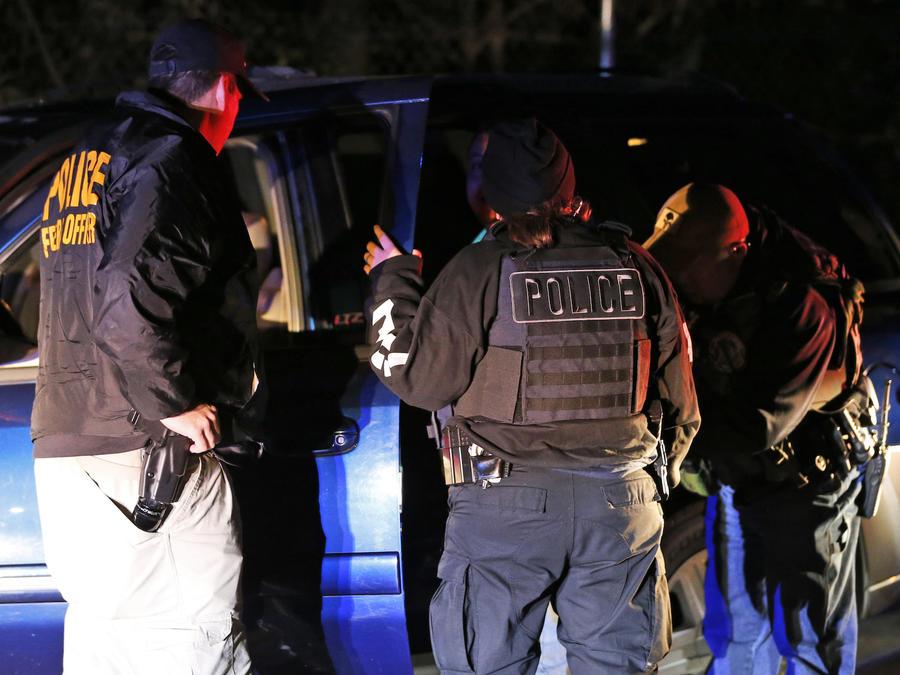 Imagen de archivo de una redada del Servicio de Inmigración y Control de Aduanas (ICE) en Virginia en 2018.