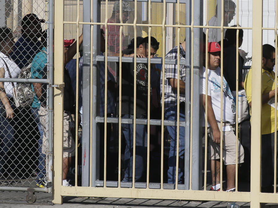 Peatones esperan en fila para entrar a Texas, Estados Unidos, desde el lado mexicano de Nuevo Laredo, Tamaulipas, en una fotografía de archivo del 23 de julio de 2015
