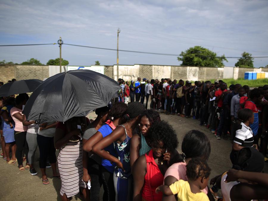 Imagen de archivo de migrantes haitianos y africanos esperando los documentos de identidad en Tapachula, México, en junio de este año.
