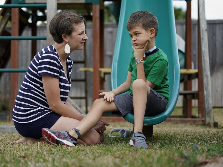 Rachel Scott con su hijo, Braden, quien fue diagnosticado con mielitis flácida aguda en 2016.
