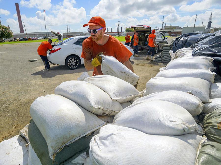 Residentes de Louisiana se preparan para la llegada de la tormenta tropical Barry.