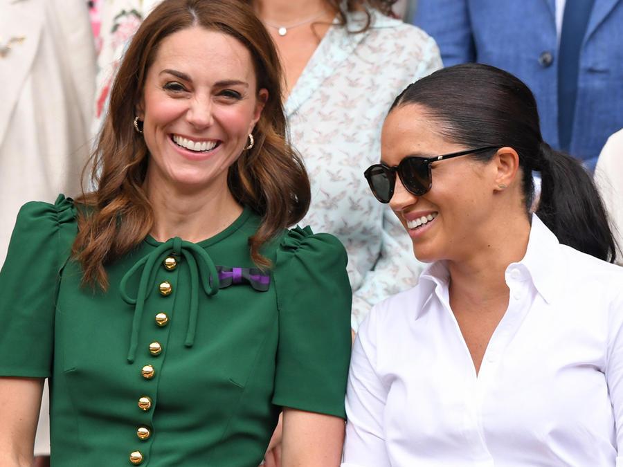 Kate Middleton y Meghan Markle riéndose en Wimbledon 2019