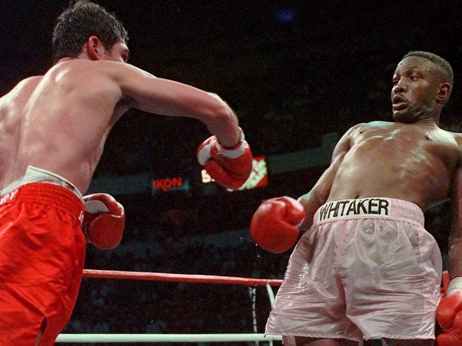 Pernell Whitaker esquiva un golpe de  Oscar De La Hoya en su combate el 12 de abril de 1997 en Las Vegas.