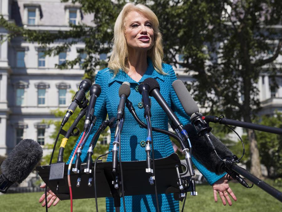 La consejera presidencial Kellyanne Conway hablando con reporteros en la Casa Blanca el 16 de julio de 2019.