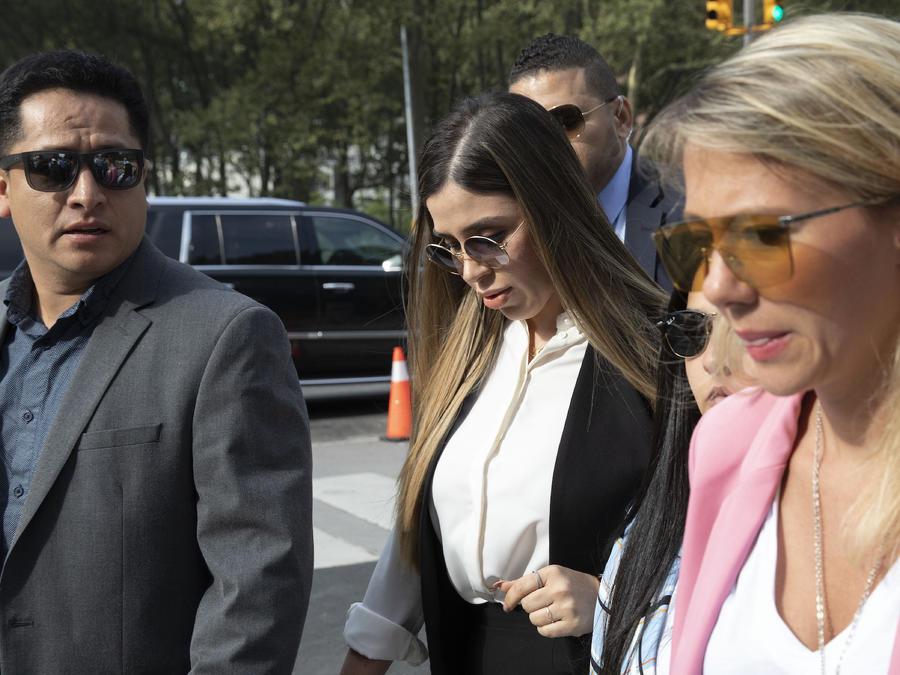 """Imagen de Emma Coronel, esposa de Joaquin """"El Chapo"""" Guzman, al llegar a una corte federal en Nueva York para conocer la condena del narcotraficante mexicano."""