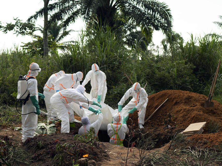 Entierro de una persona contagiada con Ébola en la República Democrática del Congo el 14 de julio.