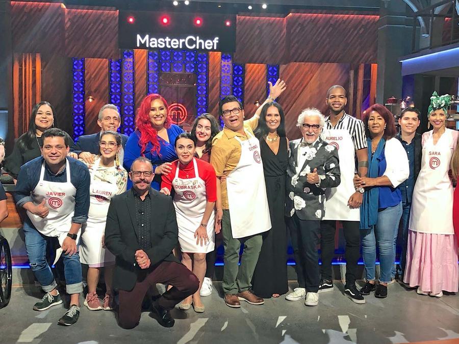 Participantes de MasterChef Latino 2 con sus familiares y los jueces