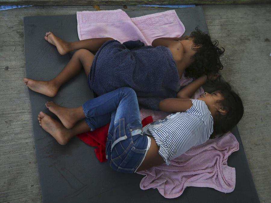 Unos niños migrantes duermen sobre una colchoneta en el albergue AMAR en Nuevo Laredo, México, en la frontera con Estados Unidos, el miércoles 17 de julio de 2019.