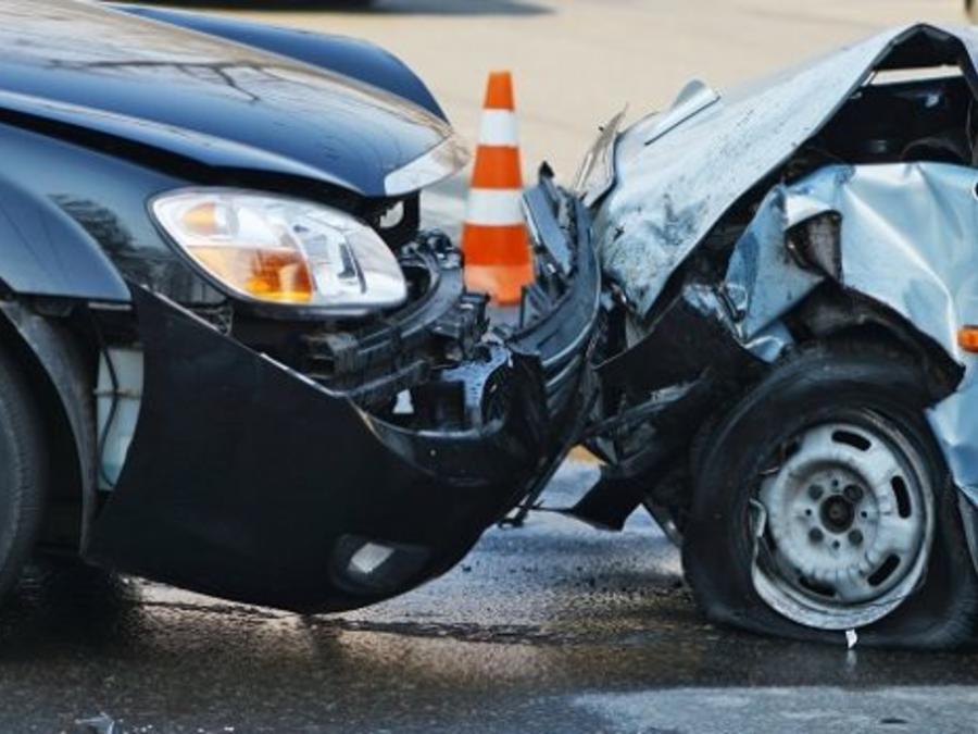 Accidente de dos coches en una foto de archivo.