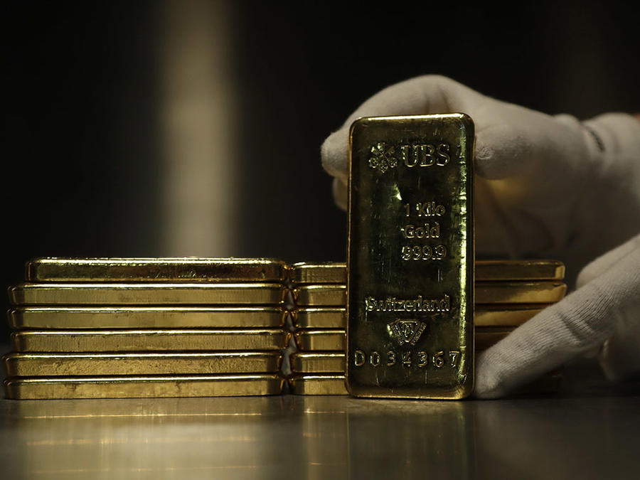 Varios lingotes de oro son depositados en una caja de seguridad en Munich, Alemania.