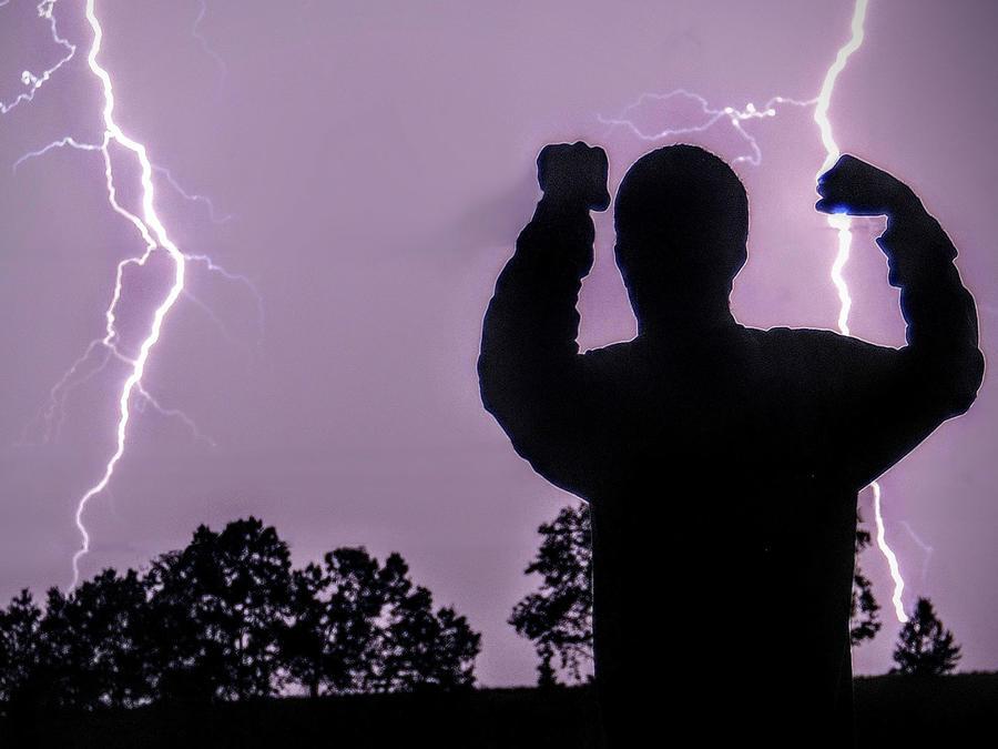 Hombre durante tormenta eléctrica