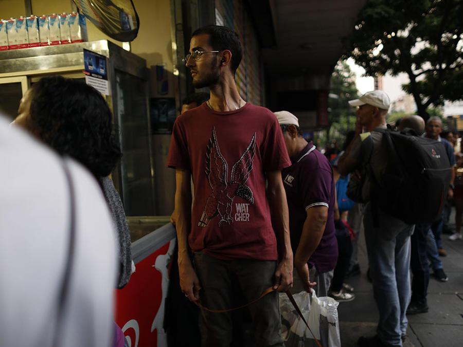 Varias personas caminan en as calles de Caracas en medio de un apagón masivo que ha dejado al país a oscuras.