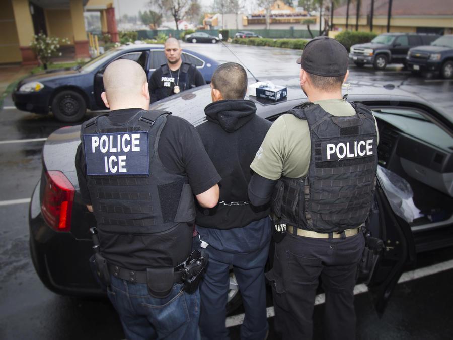 Imagen de archivo de una detención llevada a cabo por el Servicio de Inmigración y Control de Aduanas (ICE).