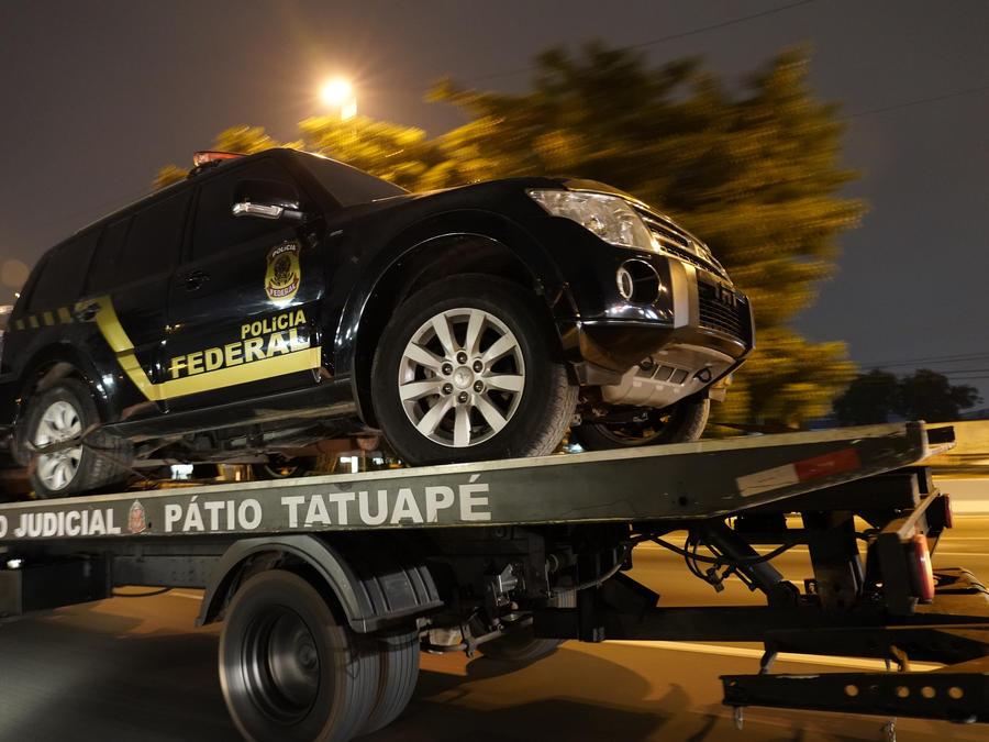 Una camioneta policial falsa utilizada en un atraco es transportada en un camión en Sao Paulo, Brasil.