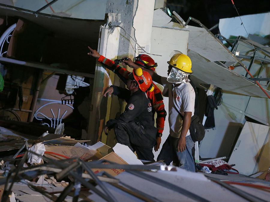 Rescatistas evalúan los desastres causados por un sismo que estremeció en abril a Manila, la capital de Filipinas.